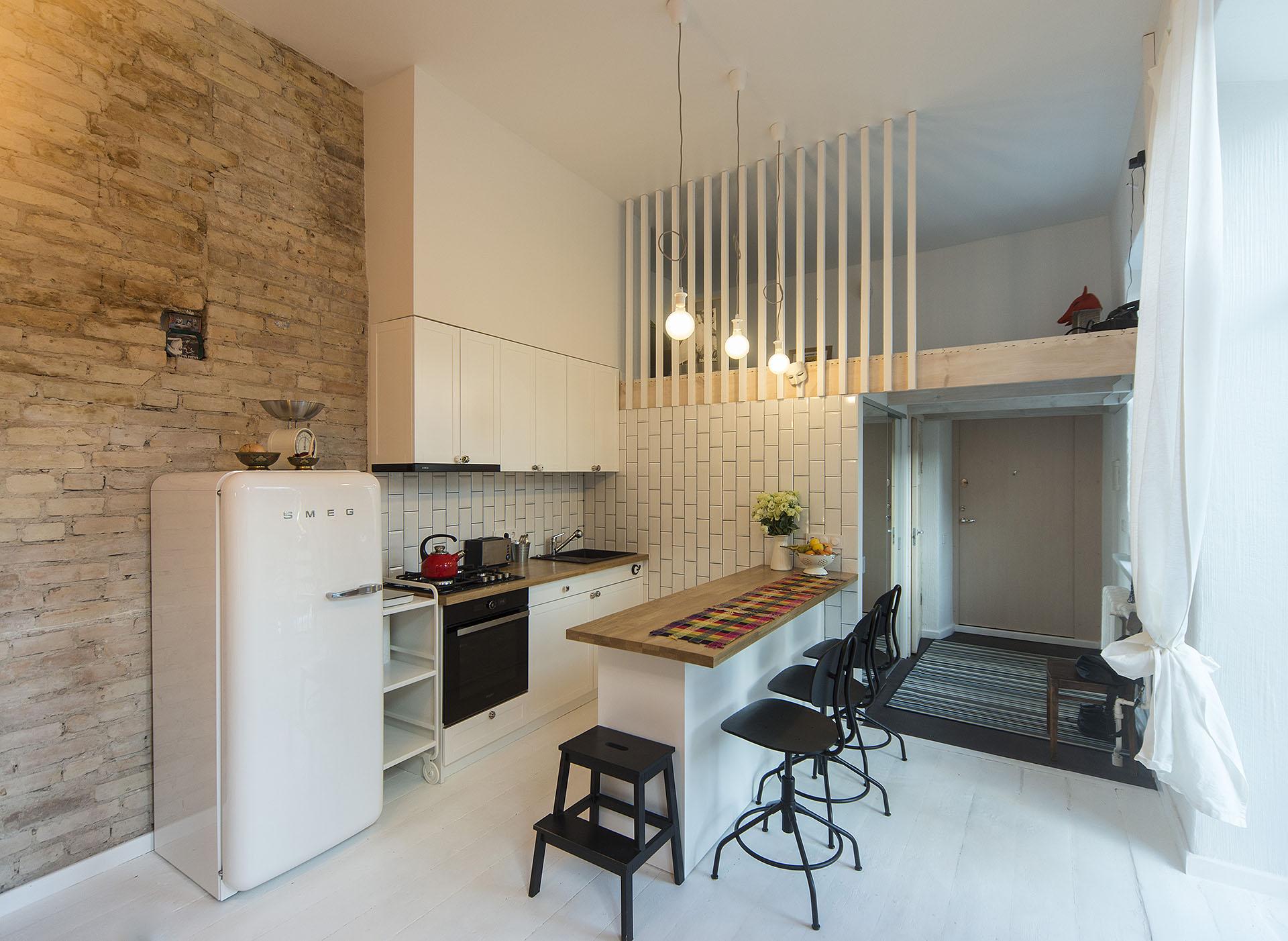 Virtuve-sala-antresole-plytos-balta-metro-senamiestis