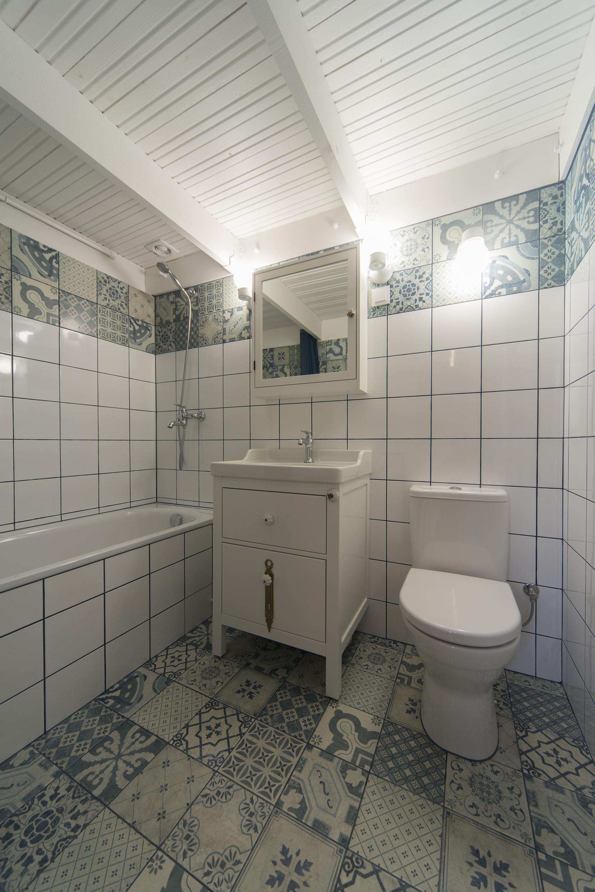 vonia-retro-balta-medinės-lubos-mėlyna