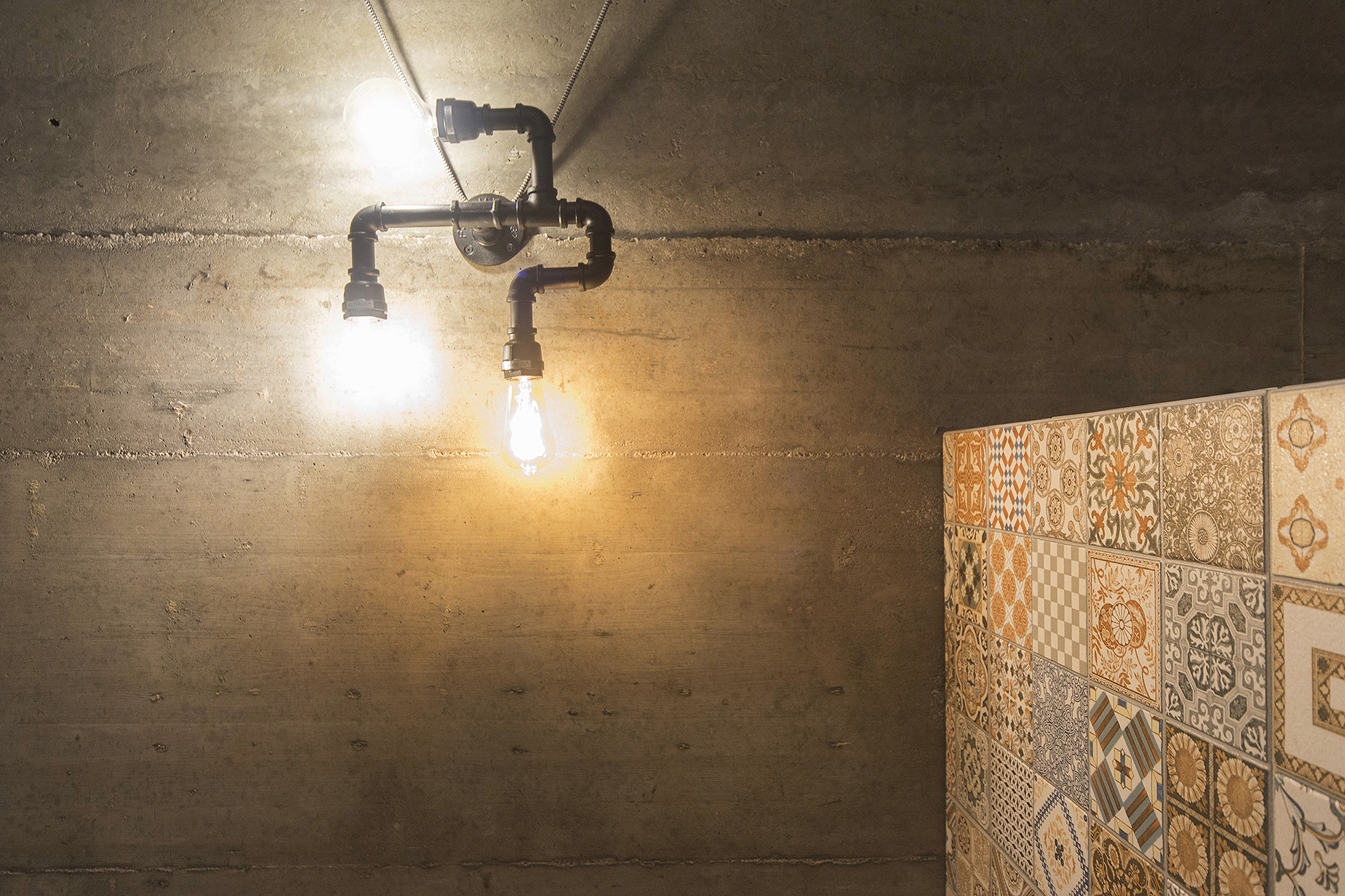 detalė-lubos-betonas-vamzdis-šviestuvas