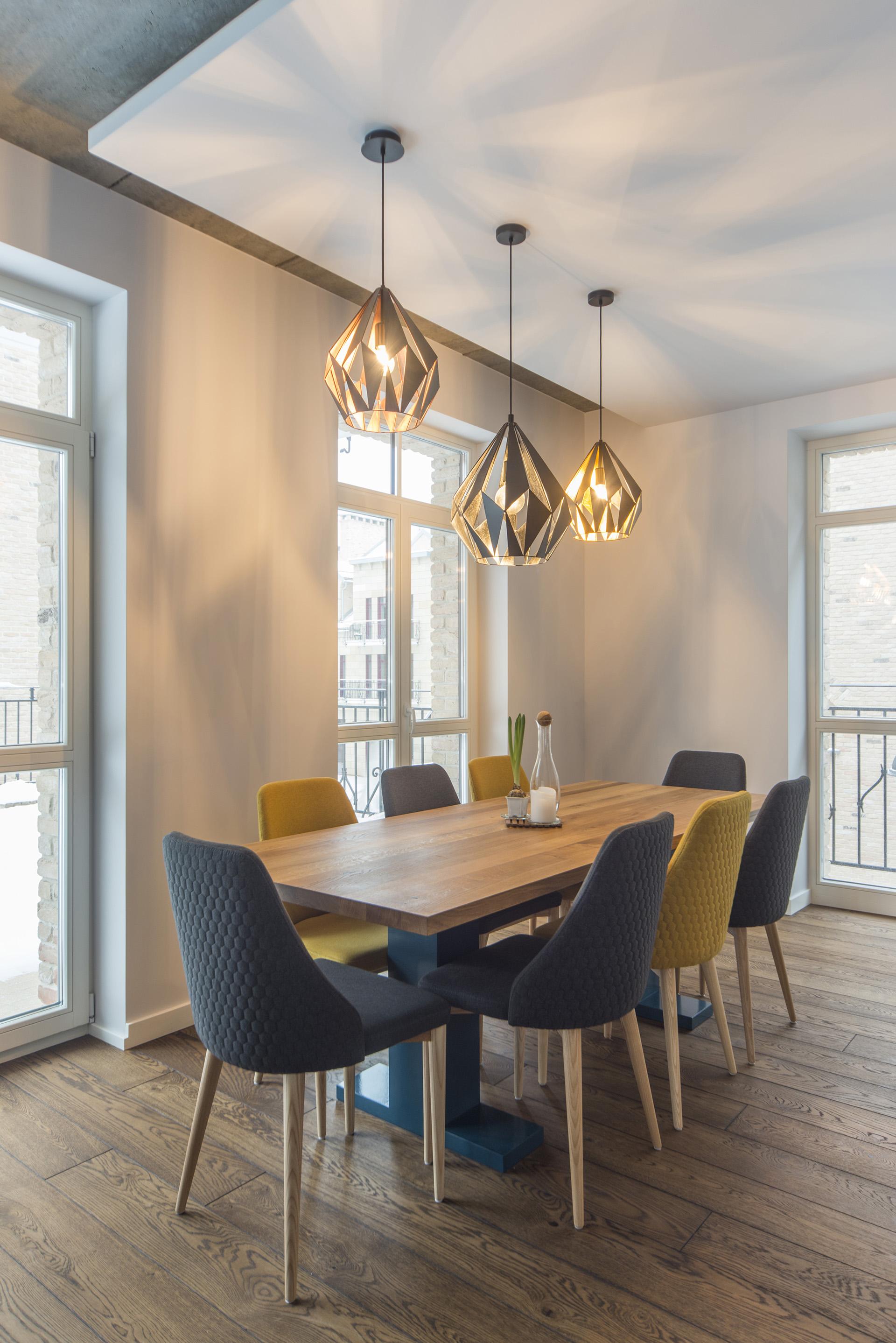 virtuvės-stalas-ąžuolas-šviestuvai
